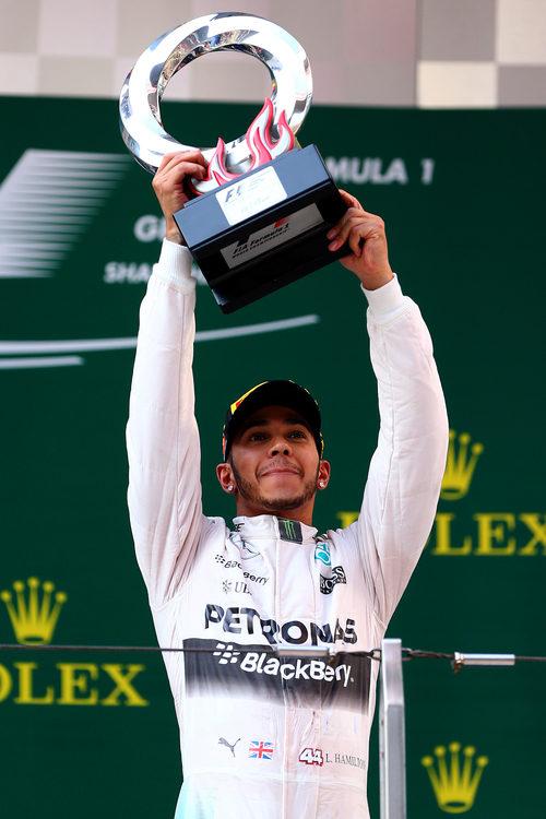 Hamilton alza el trofeo de ganador del GP de China 2015