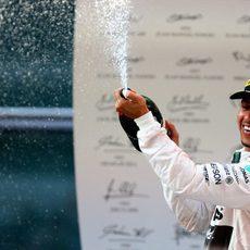 Hamilton descorcha el champán en el podio de Shanghai