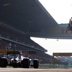Lewis Hamilton cruza la meta en Shanghai