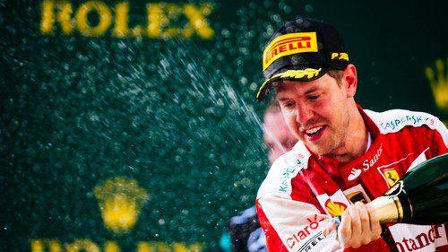 Sebastian Vettel celebra su gran carrera subiendo al podio