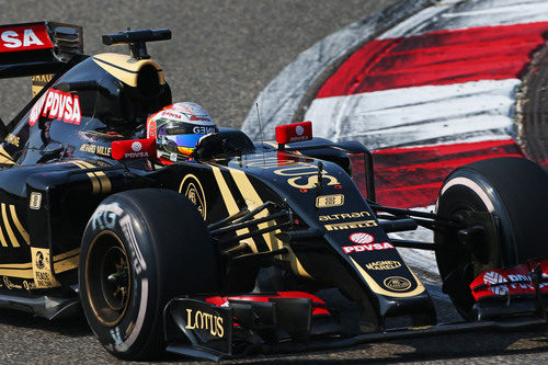 Romain Grosjean tomando una curva en el Circuito Internacional de Shanghai