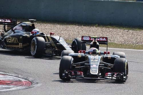Los dos coches de Lotus mostrando un ritmo competitivo