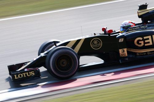 Romain Grosjean rodando cerca de los límites de la pista