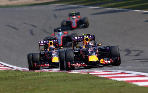 La batalla entre Daniel Ricciardo y Daniil Kvyat continúa
