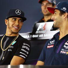 Daniel Ricciardo y Lewis Hamilton bromean durante la rueda de prensa