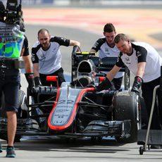 El coche de Jenson Button es empujado de vuelta al garaje