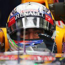Daniel Ricciardo concentrado en el coche antes de salir a pista