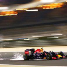 El Red Bull de Daniel Ricciardo haciendo saltar chispas