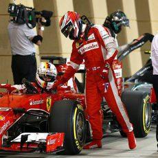 Kimi Räikkönen felicita a Sebastian Vettel tras la clasificación