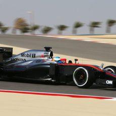 Fernando Alonso rodando con el fuerte viento de Sakhir
