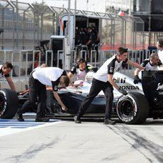 Jenson Button vuelve al garaje con problemas