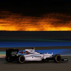 Valtteri Bottas exprime los neumáticos blandos bajo los focos de Sakhir