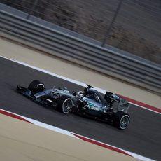 Lewis Hamilton rueda con el neumático medio