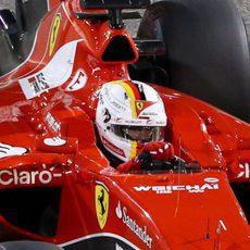 Sebastian Vettel se concentra para dar una vuelta rápida
