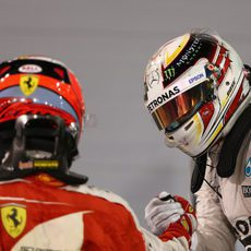 Kimi Räikkönen y Lewis Hamilton se saludan tras la carrera