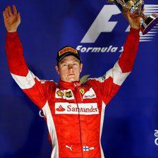 Kimi Räikkönen saluda al público desde el segundo escalón del podio