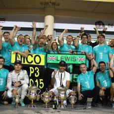 El equipo Mercedes celebra el resultado en Baréin