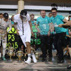 Un mecánico interrumpe la foto para rociar de champán al equipo