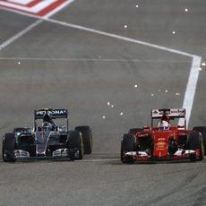 Nico Rosberg adelanta a Sebastian Vettel en la primera curva de Sakhir