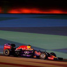 Daniel Ricciardo lidia con su RB11