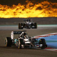 Lewis Hamilton comanda la carrera