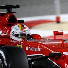 Primer plano de Sebastian Vettel en el SF15-T