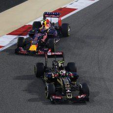 Pastor Maldonado rueda con el E23 por delante de Kvyat