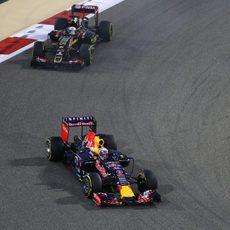 Romain Grosjean persigue a Daniel Ricciardo