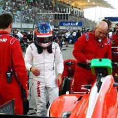 Will Stevens subiendo al coche para comenzar la carrera