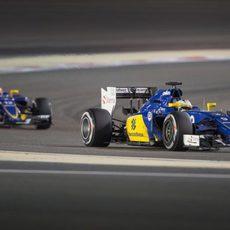 Marcus Ericsson por delante de su compañero de equipo