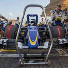 Los mecánicos de Ericsson preparan el coche para la salida