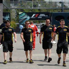 Los ingenieros de Pirelli pasean por el 'paddock'
