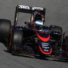 Fernando Alonso rueda con la nueva decoración del MP4-30