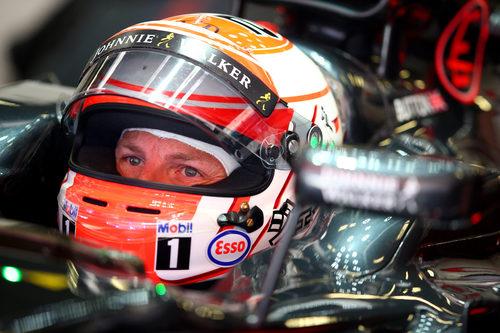 Jenson Button comprobando la tabla de tiempos antes de salir a la pista