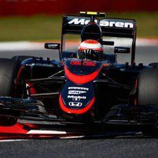 Jenson Button volando sobre los pianos del Circuit de Barcelona-Catalunya