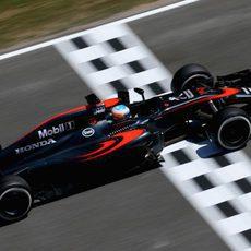 Fernando Alonso pasando sobre la línea de meta