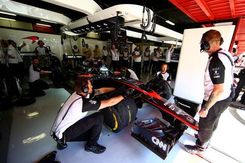Fernando Alonso en el garaje preparado para salir a la pista