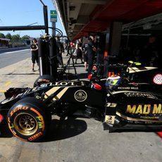 Pastor Maldonado saliendo del garaje
