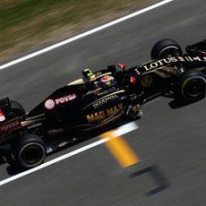 Pastor Maldonado pasando por la recta principal