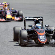 Fernando Alonso estuvo luchando con varios coches en el GP de España 2015