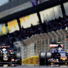 Carlos Sainz se defiende en carrera de Romain Grosjean