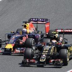 Pastor Maldonado lucha con el Red Bull de Ricciardo