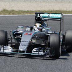 Lewis Hamilton vuela con los neumáticos medios