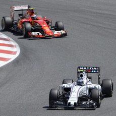 Kimi Räikkönen persigue a Valtteri Bottas