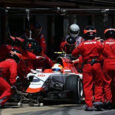 Roberto Merhi haciendo su parada en boxes