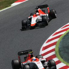Roberto Merhi por delante de Will Stevens