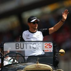 Jenson Button saludando al público en el drivers parade