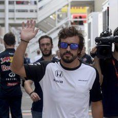 Fernando Alonso saludando en el paddock