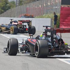 Oliver Turvey y Pastor Maldonado saliendo de boxes