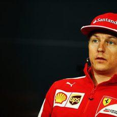 Kimi Räikkönen con la prensa